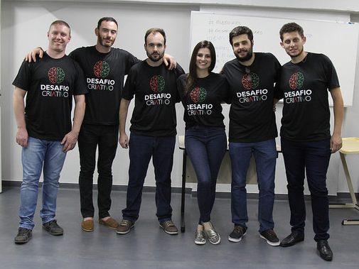 Equipe do CTA em pé, cinco homens e uma mulher, um ao lado do outro, com a camiseta do Desafio Criativo do IFRS.
