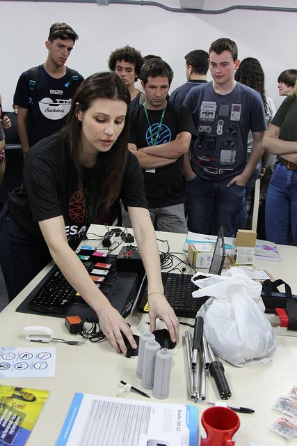 Na foto, os participantes estão conhecendo acionadores e posicionadores diversos.