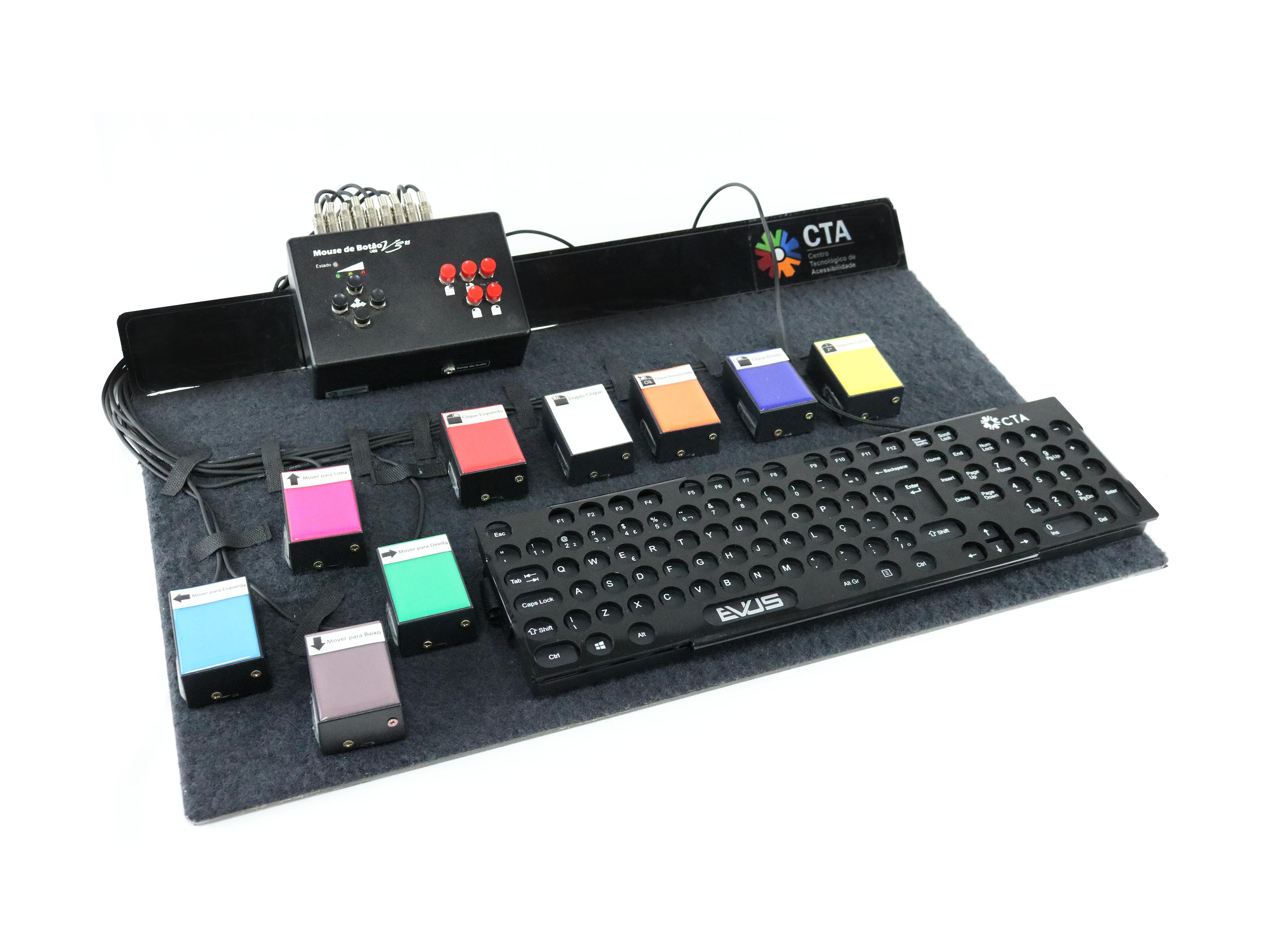 Prancha com velcro em toda sua superfície. Sobre ela, um mouse de botão, um teclado com colmeia e 9 acionadores