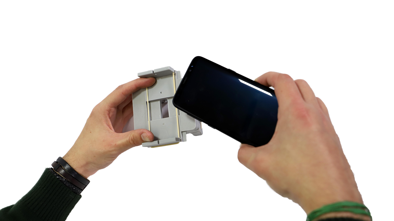 Smartphone sendo encaixado no suporte