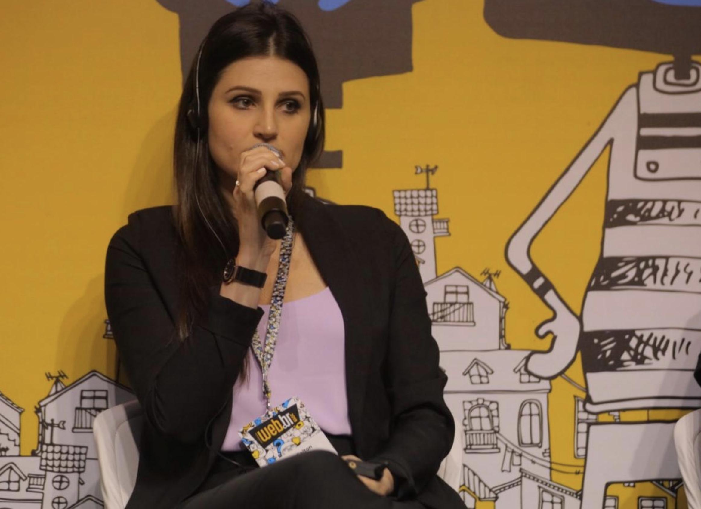 Bruna Salton falando no microfone